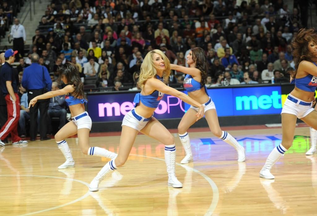Dancing on court Detroit Pist