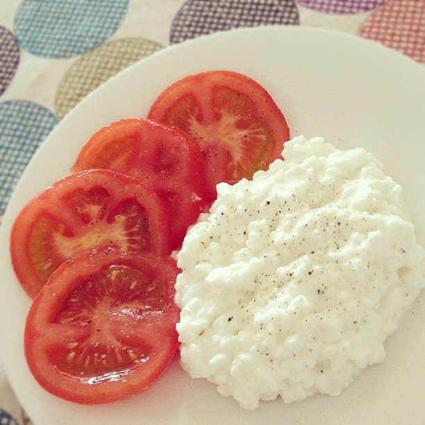 Healthy Snack-Lowfat Cottage Cheese and Tomato Slices
