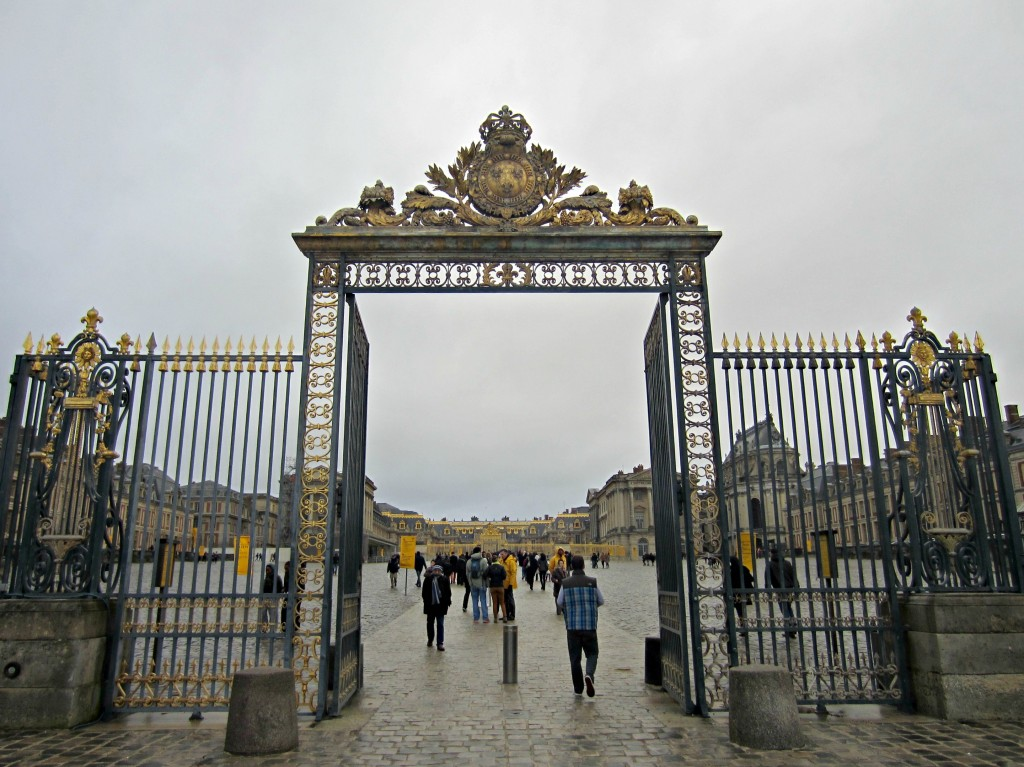 entrance to chateau versailles
