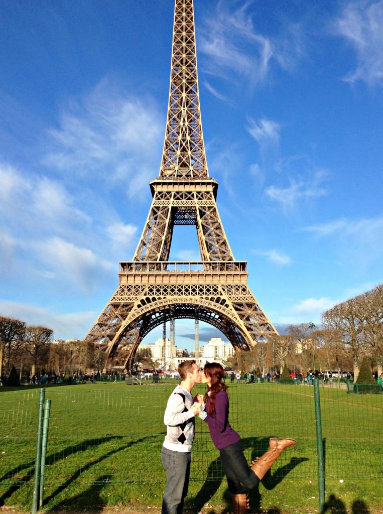 eiffel tower paris kiss
