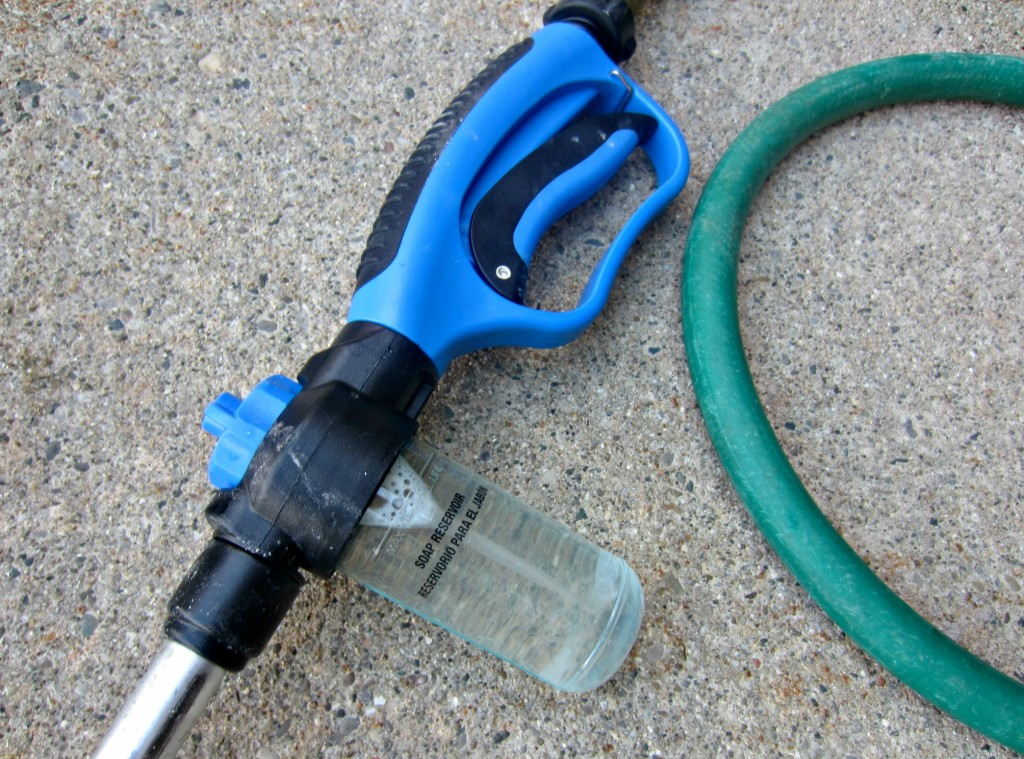hose head with soap dispenser
