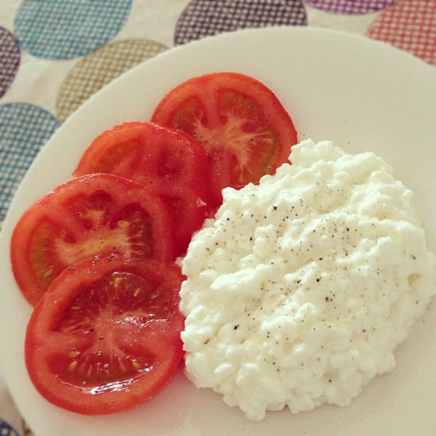 Lowfat Cottage Cheese and Tomato Slices with Pepper